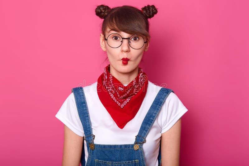 Κλείστε επάνω το εσωτερικό πορτρέτο του αστείου όμορφου νέου κοριτσιού brunette, που γοητεύει εφήβων γύρω, κάνοντας το μορφασμό,  στοκ εικόνα με δικαίωμα ελεύθερης χρήσης