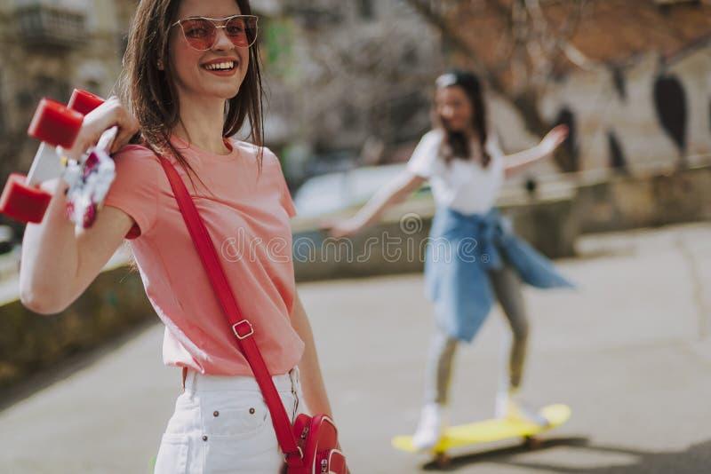 Κλείστε επάνω το ευτυχές κορίτσι hipster με τον πίνακα πενών στοκ εικόνες με δικαίωμα ελεύθερης χρήσης