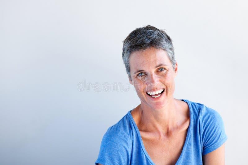 Κλείστε επάνω το ευτυχές ώριμο γέλιο γυναικών στο άσπρο κλίμα στοκ εικόνες