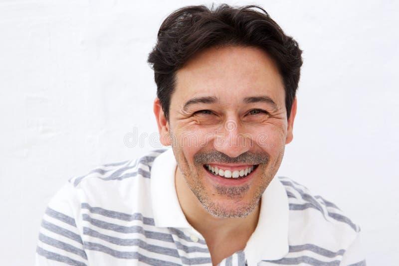 Κλείστε επάνω το εύθυμο ώριμο άτομο που χαμογελά στο άσπρο κλίμα στοκ φωτογραφίες