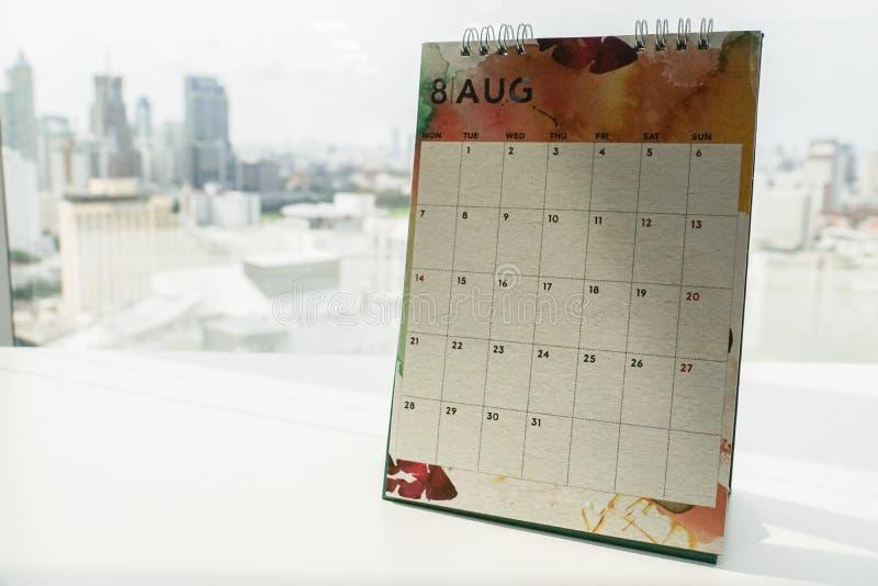 Κλείστε επάνω το ημερολόγιο Αυγούστου για την παραγωγή του διορισμού στο offi στοκ εικόνες