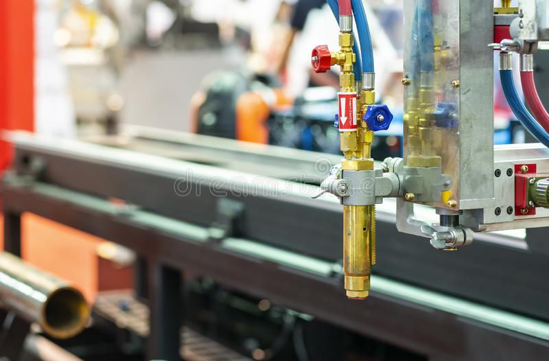 Κλείστε επάνω το κεφάλι ακροφυσίων cnc υψηλής ακρίβειας της τέμνουσας μηχανής πλάσματος αερίου για το μεταλλικό πιάτο περικοπών δ στοκ φωτογραφίες με δικαίωμα ελεύθερης χρήσης
