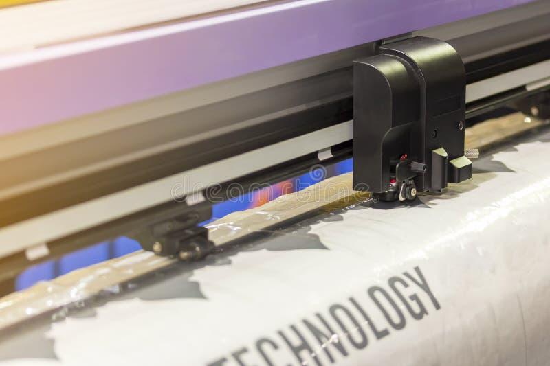 Κλείστε επάνω το κεφάλι του αυτόματου μεγάλου ή επαγγελματικού εκτυπωτή για την εργασία εκδοτικής βιομηχανίας στοκ φωτογραφίες