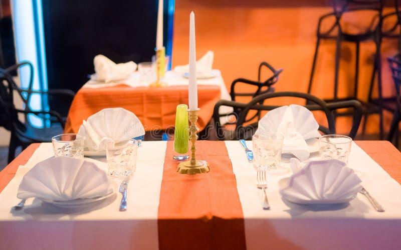 Κλείστε επάνω το κομψό Tabletop θέτοντας σχέδιο για δύο ανθρώπους μέσα σε ένα ακριβό εστιατόριο στοκ φωτογραφία με δικαίωμα ελεύθερης χρήσης