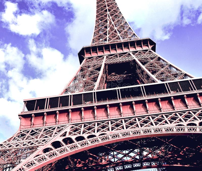 Κλείστε επάνω το μέρος στοιχείων του πύργου του Άιφελ ενάντια σε έναν φωτεινό μπλε ουρανό με τα σύννεφα Ημέρα άνοιξη στο Παρίσι,  στοκ φωτογραφία