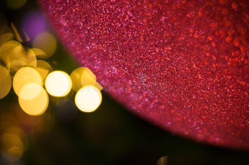 Κλείστε επάνω το μεγάλο κόκκινο ακτινοβολεί Χριστούγεννα σφαιρών στο δέντρο με το άσπρο ελαφρύ υπόβαθρο καλωδίων στοκ εικόνες
