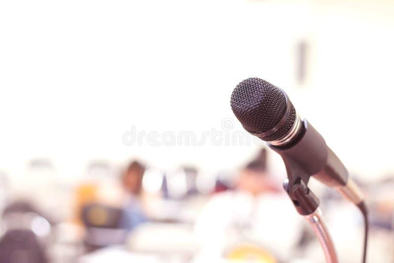Κλείστε επάνω το μικρόφωνο στη διάσκεψη σχετικά με το υπόβαθρο γεγονότος δωματίων σεμιναρίου στοκ φωτογραφία