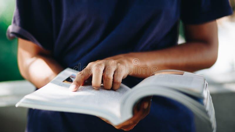 Κλείστε επάνω το νέο βιβλίο ανάγνωσης γυναικών, έννοια εκπαίδευσης στοκ φωτογραφίες