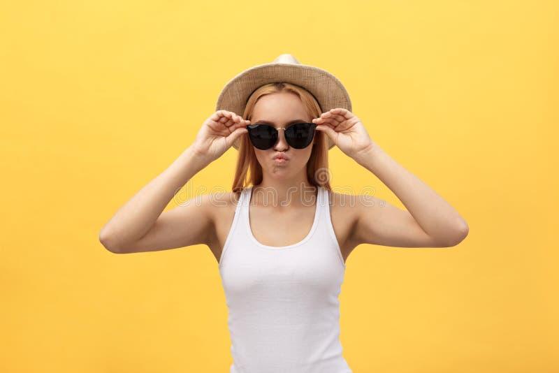 Κλείστε επάνω το νέο όμορφο ελκυστικό ξανθό χαμόγελο κοριτσιών πορτρέτου εξετάζοντας τη κάμερα στο κίτρινο υπόβαθρο κρητιδογραφιώ στοκ φωτογραφία