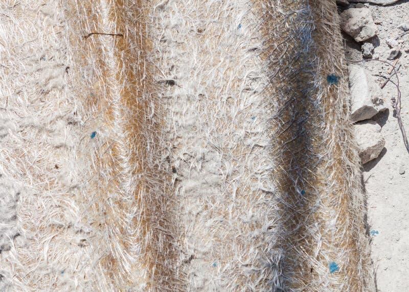 Κλείστε επάνω το παλαιό κεραμίδι υλικού κατασκευής σκεπής του γυαλιού ινών στοκ φωτογραφία