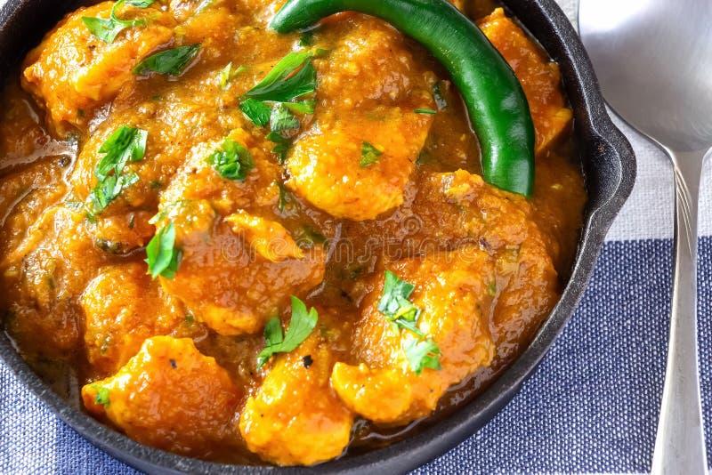 Κλείστε επάνω το παραδοσιακά ινδικά βουτύρου κάρρυ και το λεμόνι κοτόπουλου που εξυπηρετούνται με chapati το ψωμί χυτός στοκ εικόνα