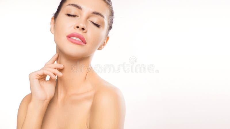 Κλείστε επάνω το πορτρέτο γυναικών με τις ιδιαίτερες προσοχές Γυναίκα σχετικά με το λαιμό της Ομορφιά και έννοια φροντίδας δέρματ στοκ φωτογραφίες