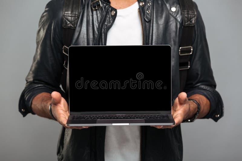 Κλείστε επάνω το πορτρέτο ενός αφρικανικού ατόμου στο σακάκι δέρματος στοκ εικόνα με δικαίωμα ελεύθερης χρήσης
