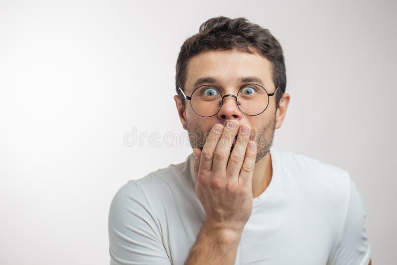 Κλείστε επάνω το πορτρέτο ενός whisperer που ξέρει τις λεπτομέρειες της συζήτησης στοκ εικόνα με δικαίωμα ελεύθερης χρήσης