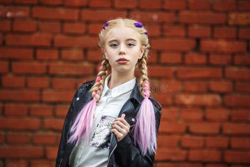 Κλείστε επάνω το πορτρέτο λίγου όμορφου μοντέρνου κοριτσιού παιδιών κ στοκ φωτογραφία με δικαίωμα ελεύθερης χρήσης