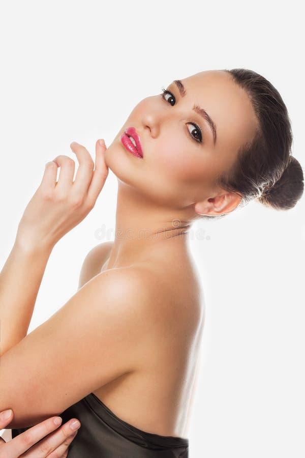 Κλείστε επάνω το πορτρέτο μιας όμορφης νέας γυναίκας με το φρέσκο makeup και το καλά καλλωπισμένο δέρμα SPA στοκ εικόνες με δικαίωμα ελεύθερης χρήσης
