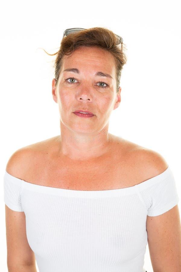 Κλείστε επάνω το πορτρέτο της αρκετά ώριμης γυναίκας πέρα από το άσπρο υπόβαθρο στοκ φωτογραφία με δικαίωμα ελεύθερης χρήσης