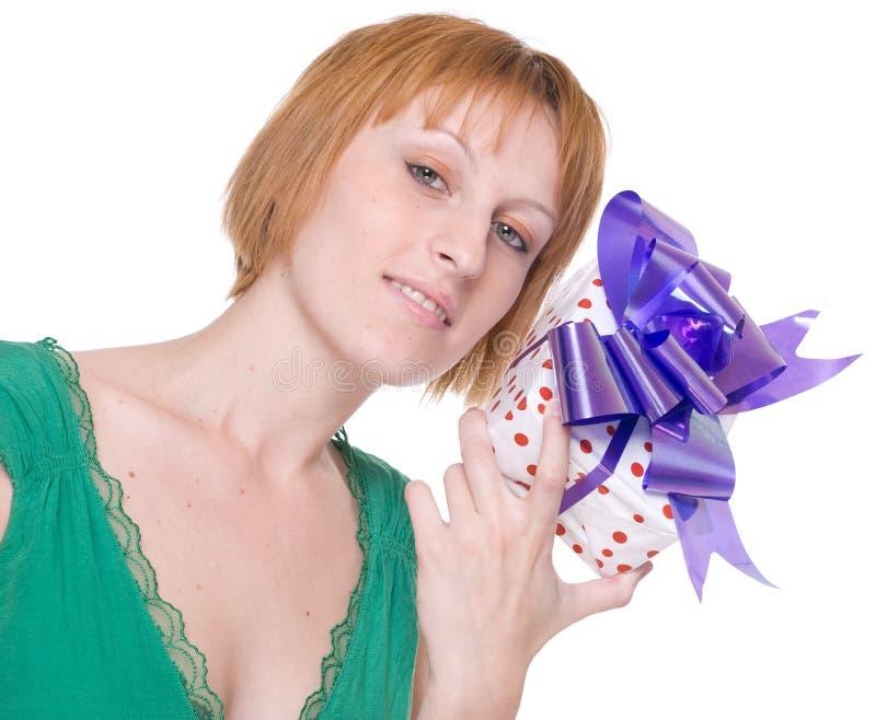 Κλείστε επάνω το πορτρέτο της γυναίκας με το δώρο στοκ εικόνες