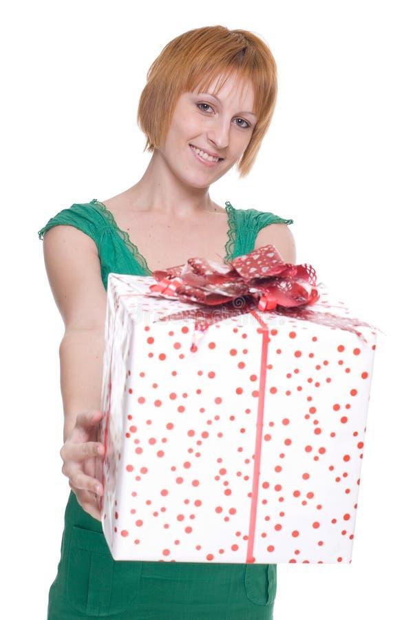 Κλείστε επάνω το πορτρέτο της γυναίκας με το τεράστιο δώρο στοκ εικόνες