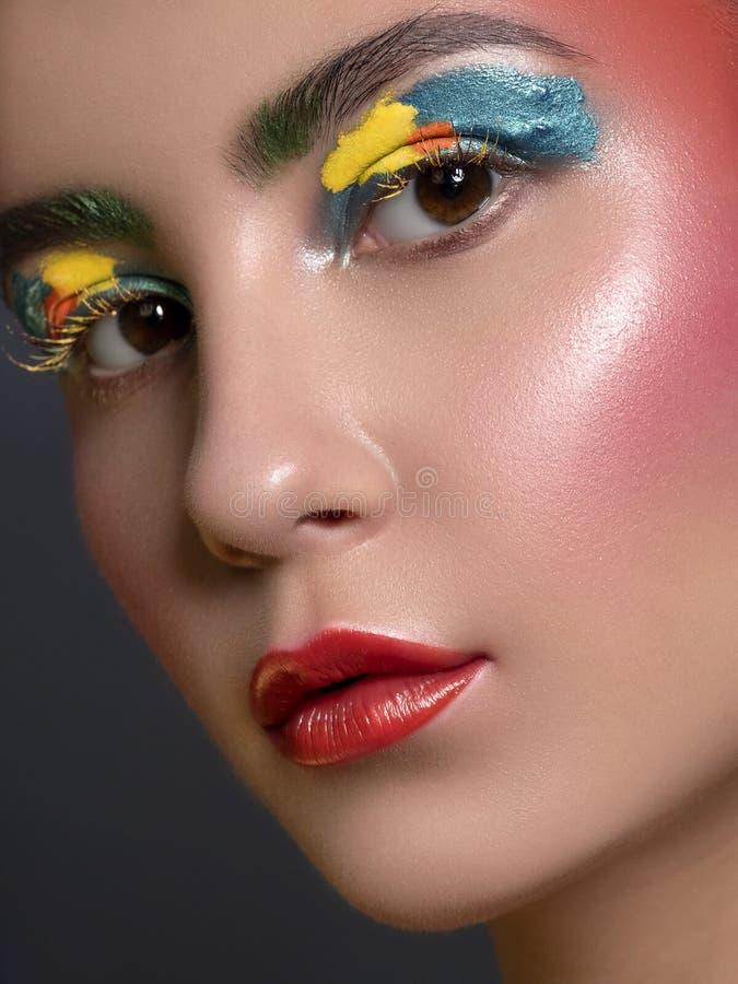 Κλείστε επάνω το πορτρέτο της γυναίκας Brunette με το άψογο καθαρό δέρμα Δημιουργικός ζωηρόχρωμος αποτελεί Έννοια στούντιο στοκ εικόνες