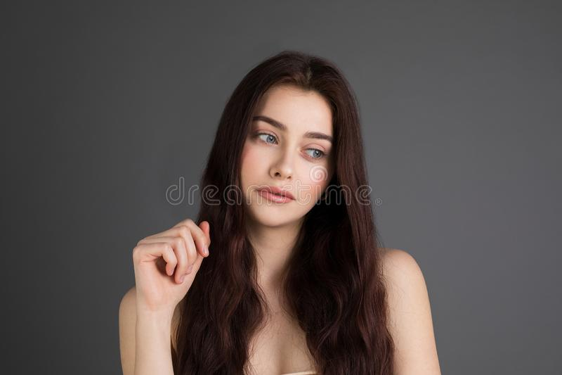 Κλείστε επάνω το πορτρέτο της δυστυχισμένης όμορφης γυναίκας με τη μακριά τρίχα brunette, γυμνοί ώμοι στοκ εικόνες με δικαίωμα ελεύθερης χρήσης