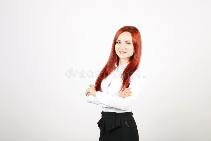 Κλείστε επάνω το πορτρέτο της επιτυχούς νέας επιχειρησιακής γυναίκας που θέτει και που παρουσιάζει συγκινήσεις στο άσπρο υπόβαθρο στοκ εικόνα με δικαίωμα ελεύθερης χρήσης