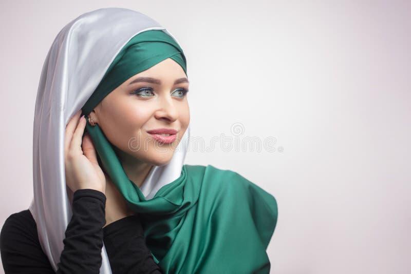 Κλείστε επάνω το πορτρέτο της ευχάριστης νύφης πηγαίνει στο nikah στοκ εικόνες