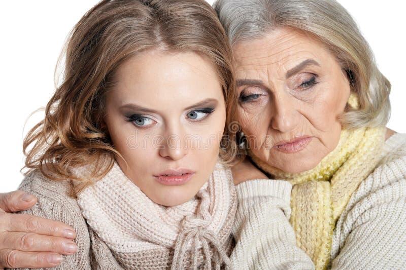 Κλείστε επάνω το πορτρέτο της λυπημένης ανώτερης γυναίκας με την κόρη στοκ εικόνα με δικαίωμα ελεύθερης χρήσης
