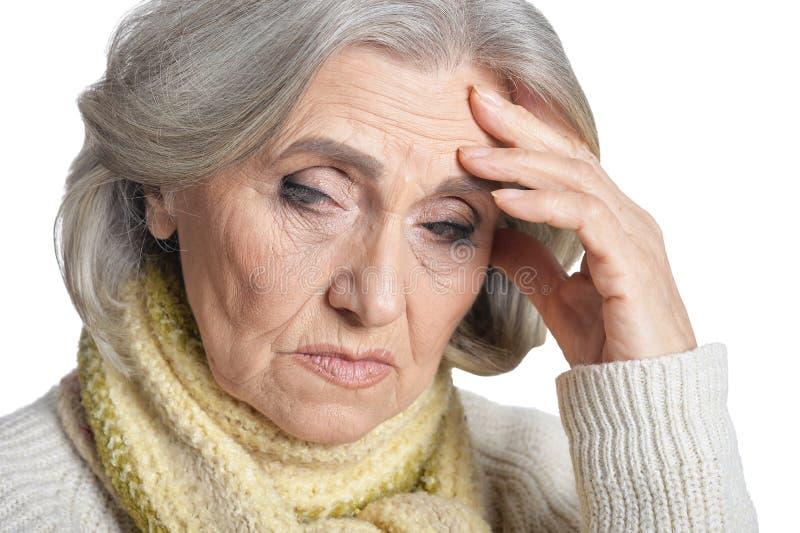 Κλείστε επάνω το πορτρέτο της λυπημένης ανώτερης γυναίκας που απομονώνεται στο άσπρο υπόβαθρο στοκ φωτογραφίες με δικαίωμα ελεύθερης χρήσης