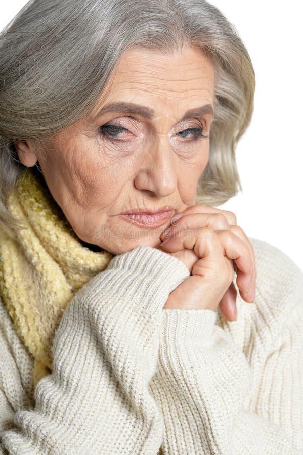 Κλείστε επάνω το πορτρέτο της λυπημένης ανώτερης γυναίκας στο άσπρο υπόβαθρο στοκ φωτογραφία