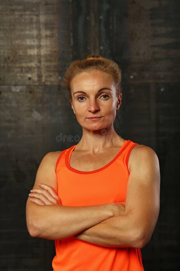 Κλείστε επάνω το πορτρέτο της νέας αθλητικής γυναίκας στοκ εικόνες με δικαίωμα ελεύθερης χρήσης
