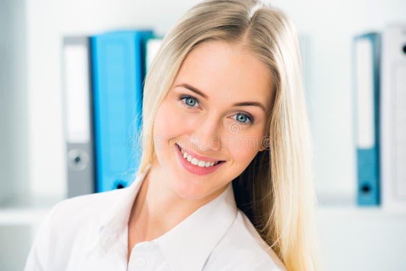 Κλείστε επάνω το πορτρέτο της χαμογελώντας επιχειρησιακής γυναίκας στοκ φωτογραφία με δικαίωμα ελεύθερης χρήσης