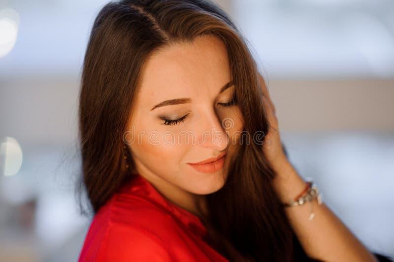 Κλείστε επάνω το πορτρέτο της όμορφης μακρυμάλλους γυναίκας στοκ εικόνα με δικαίωμα ελεύθερης χρήσης