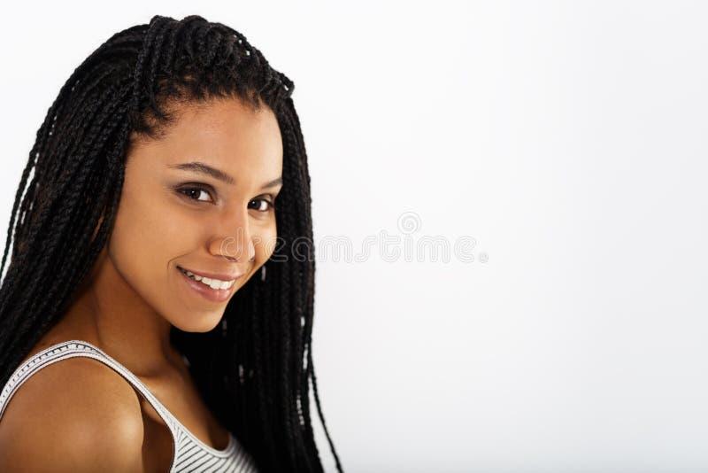 Κλείστε επάνω το πορτρέτο της όμορφης νέας γυναίκας αφροαμερικάνων στοκ φωτογραφία με δικαίωμα ελεύθερης χρήσης