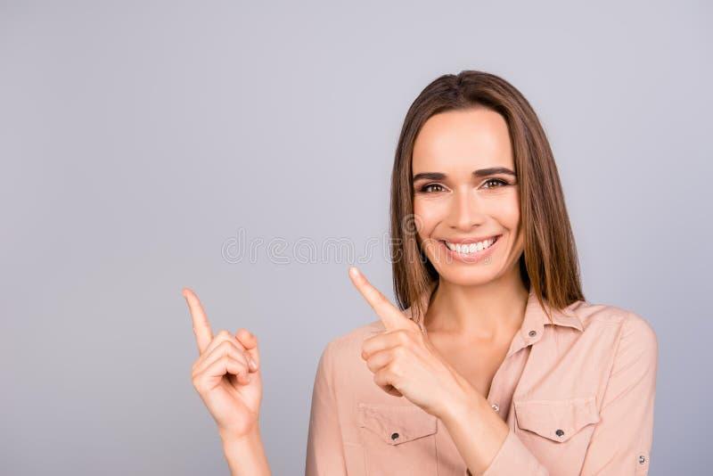 Κλείστε επάνω το πορτρέτο της όμορφης χαμογελώντας νέας επιχειρησιακής κυρίας στο α στοκ εικόνα