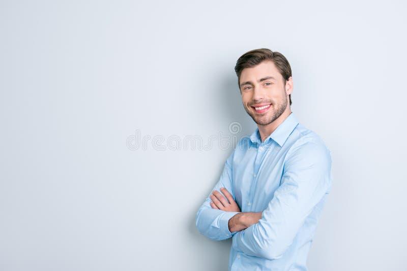 Κλείστε επάνω το πορτρέτο του ελκυστικού νέου επιχειρηματία με τα όπλα fol στοκ φωτογραφία με δικαίωμα ελεύθερης χρήσης