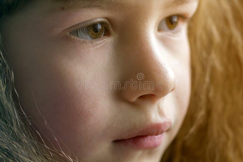 Κλείστε επάνω το πορτρέτο του ευτυχούς χαμογελώντας μικρού κοριτσιού με την όμορφη παχιά τρίχα στοκ φωτογραφία