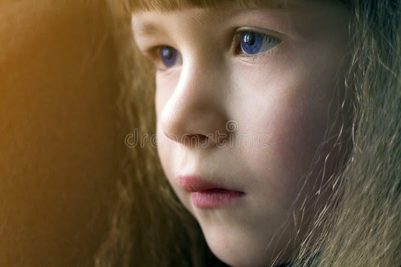 Κλείστε επάνω το πορτρέτο του ευτυχούς χαμογελώντας μικρού κοριτσιού με την όμορφη παχιά τρίχα στοκ φωτογραφία με δικαίωμα ελεύθερης χρήσης