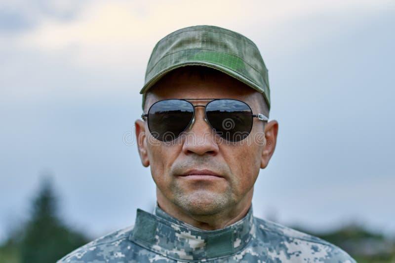 Κλείστε επάνω το πορτρέτο του ισχυρού σοβαρού στρατιώτη στοκ εικόνες με δικαίωμα ελεύθερης χρήσης