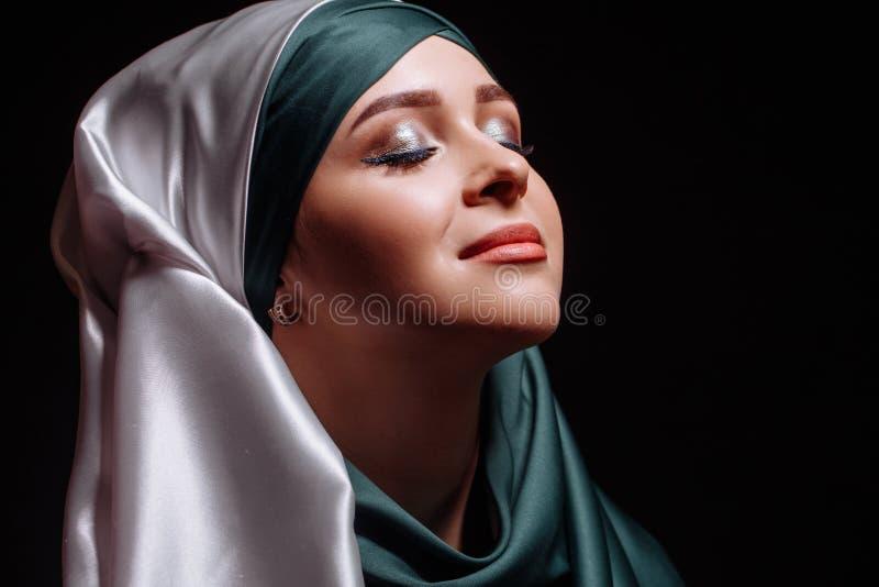Κλείστε επάνω το πορτρέτο του μουσουλμανικού κοιτάγματος κοριτσιών επάνω και να πάρει την έμπνευση στοκ φωτογραφίες