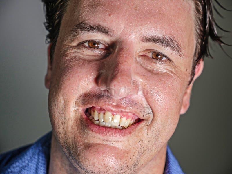 Κλείστε επάνω το πορτρέτο του νέου ελκυστικού και βέβαιου ατόμου επιχειρηματιών στο περιστασιακό χαμόγελο πουκάμισων ευτυχές και  στοκ φωτογραφία με δικαίωμα ελεύθερης χρήσης