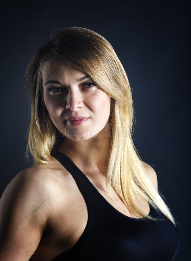 Κλείστε επάνω το πορτρέτο του νέου όμορφου αθλητικού κοριτσιού με την άσπρη τοποθέτηση τρίχας πέρα από το σκοτεινό υπόβαθρο στοκ φωτογραφίες με δικαίωμα ελεύθερης χρήσης