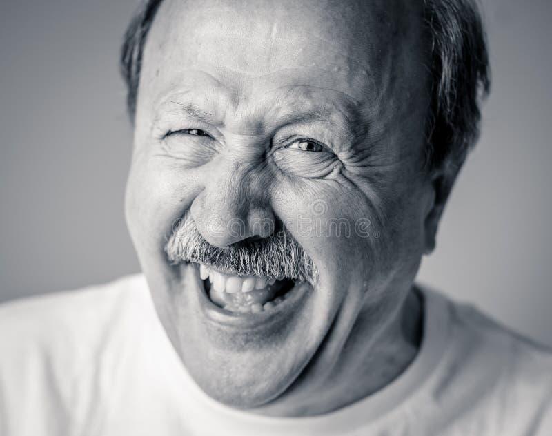 Κλείστε επάνω το πορτρέτο του χαμογελώντας ανώτερου ατόμου με το ευτυχές πρόσωπο που εξετάζει τη κάμερα στοκ φωτογραφία
