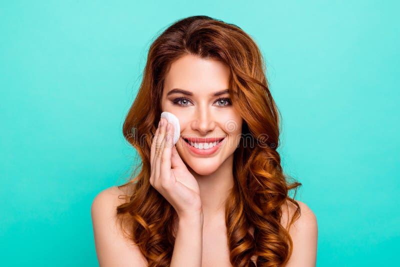 Κλείστε επάνω το πορτρέτο του όμορφου, ευαίσθητου πλυσίματος κοριτσιών από το makeup με στοκ φωτογραφία με δικαίωμα ελεύθερης χρήσης