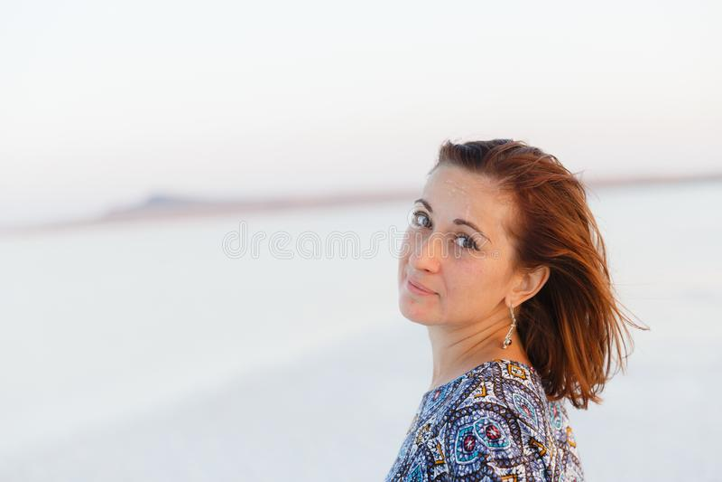 Κλείστε επάνω το πορτρέτο του όμορφου κοριτσιού που απολαμβάνει τον ήλιο, ίχνη άλατος στο πρόσωπο στοκ φωτογραφίες