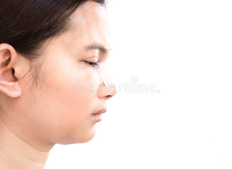 Κλείστε επάνω το πρόσωπο της ασιατικής γυναίκας με τη πλαστική χειρουργική μύτης για την ομορφιά και την καλλυντική έννοια, άσπρο στοκ εικόνα με δικαίωμα ελεύθερης χρήσης