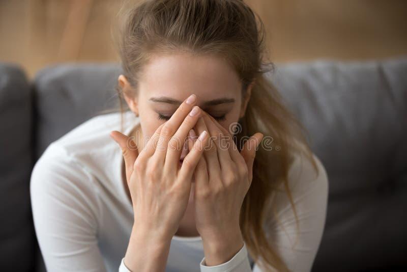 Κλείστε επάνω το στοχαστικό καλυμμένο γυναίκα πρόσωπο στα χέρια, αισθ στοκ φωτογραφία