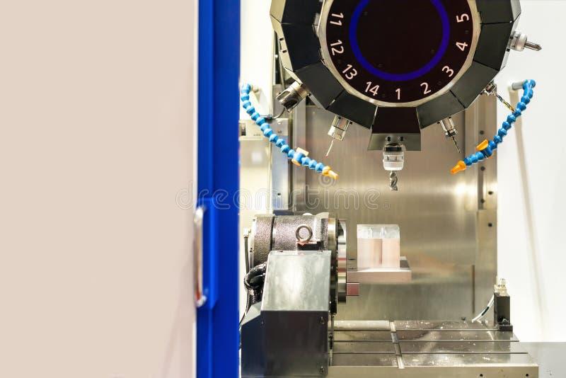 Κλείστε επάνω το τέμνον εργαλείο που λειτουργεί με το κομμάτι εργασίας από cnc υψηλής ταχύτητας και ακρίβειας το επεξεργαμένος στ στοκ εικόνα