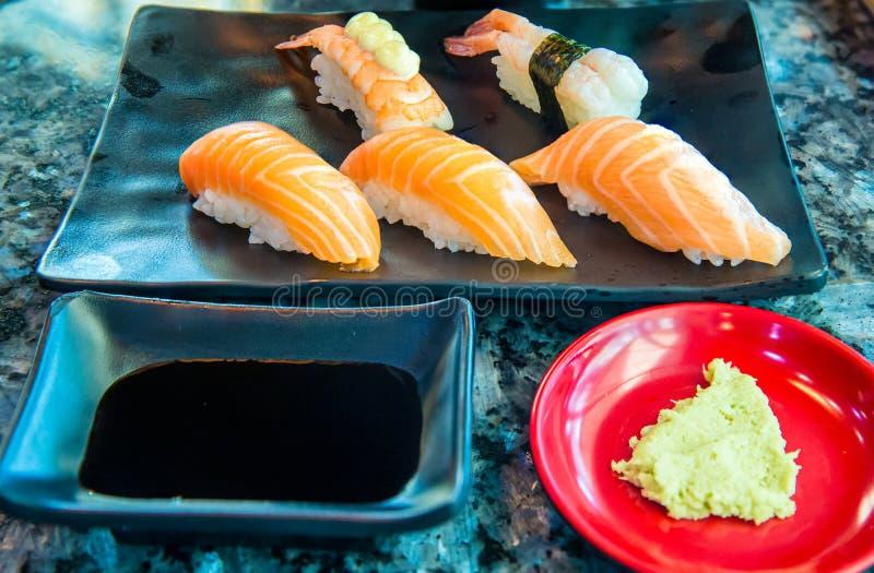 Κλείστε επάνω το φρέσκο σολομό σουσιών Ιαπωνικά τρόφιμα για υγιή σούσια σολομών σούσια σολομών, επιλογές σουσιών ασφαλίστρου στοκ εικόνες