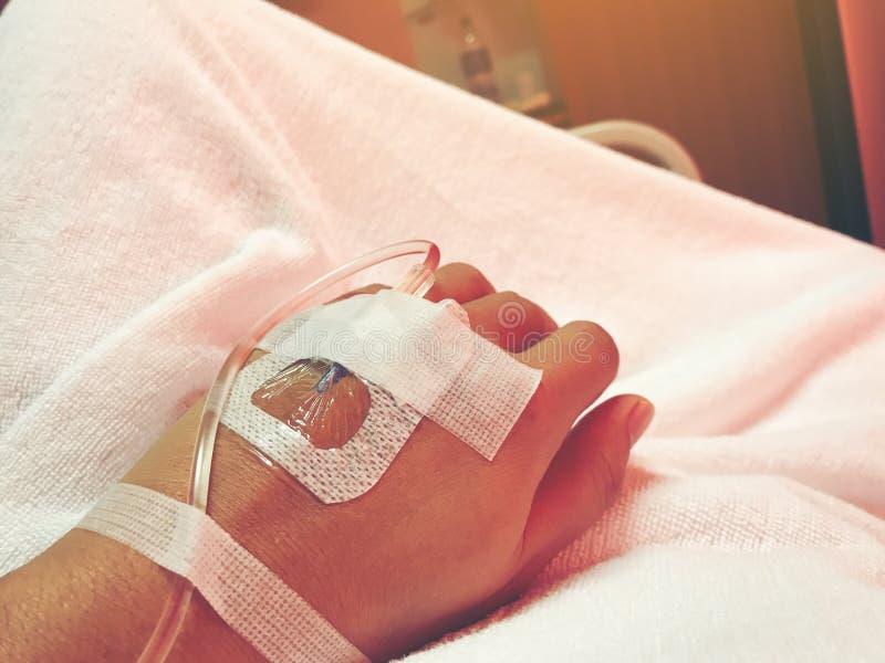 Κλείστε επάνω το χέρι του νέου ασθενή με τον ενδοφλέβιο καθετήρα για το inj στοκ εικόνα